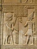 Templo de Kom Ombo, Egito: o faraó e o deus Horus fotos de stock