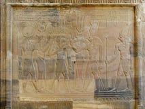 Templo de Kom Ombo, Egito: relevo do faraó com deusas foto de stock royalty free