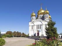 Templo de la iglesia de la ortodoxia con las bóvedas de oro imagenes de archivo
