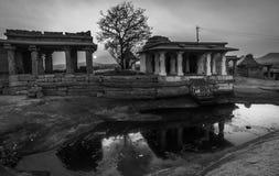 Templo de la India del karnakata de Hampi y árbol de la silueta en la reflexión del punto de la puesta del sol en un pequeño lago imagen de archivo