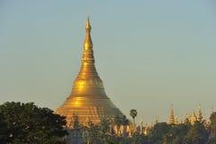Templo de la pagoda de Shwedagon con el pueblo abajo en la luz de la mañana Fotografía de archivo