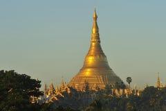 Templo de la pagoda de Shwedagon con el pueblo abajo en la luz de la mañana Fotos de archivo libres de regalías