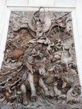 Templo de la pared del alivio de Bas en mitología budista Imagenes de archivo