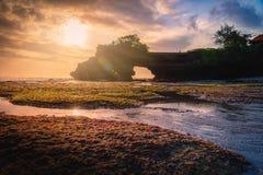 Templo de la porción de Tanah en el mar en la puesta del sol en la isla de Bali Imagenes de archivo