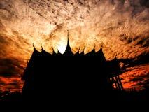 Templo de la silueta debajo del cielo nublado Fotos de archivo