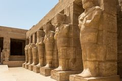 Templo de las 3as - estatuas de la roca de Ramses, la ciudad antigua de Thebes, Karnak, Luxor, Egipto fotos de archivo libres de regalías