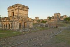 Templo de los frescos en las ruinas mayas de Ruinas de Tulum (ruinas de Tulum) El Castillo se representa en el fondo, en Quintana Fotos de archivo libres de regalías