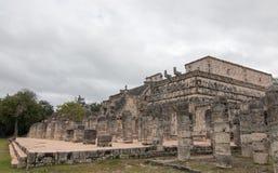 Templo de los Guerreros Висок ратников на руинах Chichen Itz майяских на полуострове Юкатан Мексики Стоковое Изображение