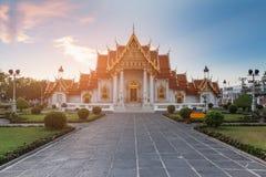 Templo de mármol blanco con tono de la puesta del sol Foto de archivo libre de regalías
