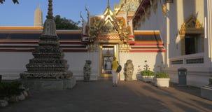 Templo de mármore de exploração do turista da mulher em Banguecoque, Tailândia vídeos de arquivo
