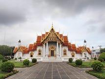 Templo de mármore sob o céu nebuloso Imagem de Stock Royalty Free