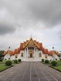 Templo de mármore sob o céu nebuloso Foto de Stock