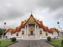 Templo de mármore sob o céu nebuloso Fotos de Stock Royalty Free