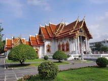 Templo de mármore sob o céu nebuloso Fotografia de Stock Royalty Free