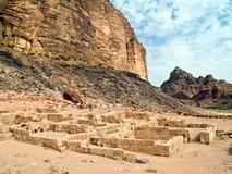 Templo de Nabatean en el ron Jordania del lecho de un río seco Imagenes de archivo