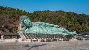 Templo de Nanzoin con la estatua de bronce de un Buda de descanso en Sasaguri, prefectura de Fukuoka, Japón almacen de metraje de vídeo
