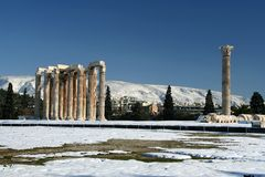 Templo de Olympius del Zeus en invierno Imagenes de archivo