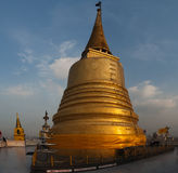 Templo de oro del montaje (Wat Sakate) Fotografía de archivo