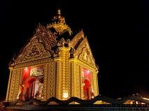 Templo de oro en el cielo nocturno Fotos de archivo libres de regalías