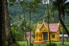 Templo de oro en la selva de Tailandia imágenes de archivo libres de regalías