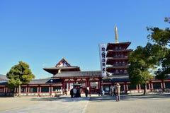 Templo de Osaka Shitennoji en un día soleado con los árboles verdes imagen de archivo libre de regalías