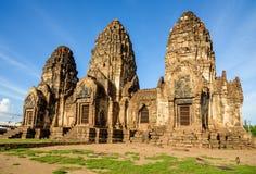Templo de Phra Prang Sam Yot en la provincia de Lopburi, Tailandia Imagen de archivo libre de regalías