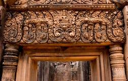 Templo de piedra de Banteay Srei de la puerta Foto de archivo libre de regalías