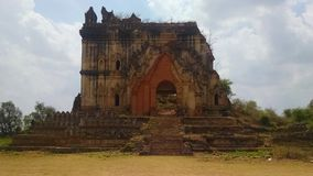 Templo de piedra que desmenuza viejo Birmania imagenes de archivo
