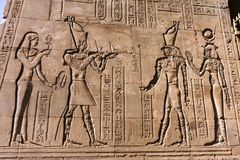 Templo de pinturas murais do egípcio de Philae foto de stock royalty free