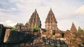Templo de Prambanan com as pedras no primeiro plano vídeos de arquivo