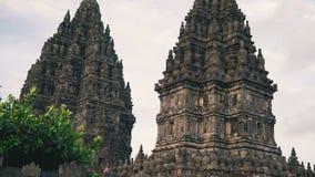 Templo de Prambanan com as pedras no primeiro plano video estoque