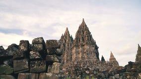 Templo de Prambanan com as pedras no primeiro plano filme