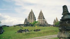 Templo de Prambanan y diapositiva verde del césped almacen de metraje de vídeo