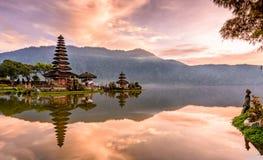 Templo de Pura Ulun Danu Bratan na ilha de bali em Indonésia 2 fotos de stock