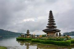 Templo de Pura Ulun Danu do Balinese no lago Bratan Bali, Indonésia fotografia de stock royalty free