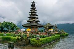 Templo de Pura Ulun Danu no lago Bratan, Bali, Indonésia fotos de stock