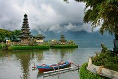 Templo de Pura Ulun Danu no lago Bratan, Bali, Indonésia imagem de stock