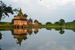 Templo de ruína antigo no banco do lago, paisagem bonita, Birgarh, Satna, PM, Índia Imagem de Stock