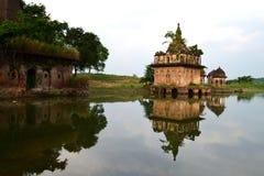 Templo de ruína antigo no banco do lago, paisagem bonita, Birgarh, Satna, PM, Índia Fotografia de Stock Royalty Free