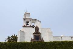 Bell står hög på Temploen de San Francisco, San Miguel de Allende Royaltyfri Bild
