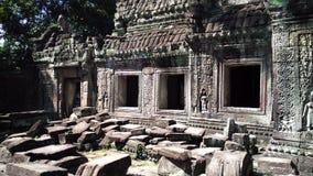 Templo de Siem Reap Camboya con las rocas que caen Fotos de archivo