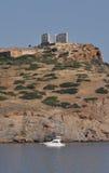 Templo de Sounion e um barco Imagens de Stock Royalty Free