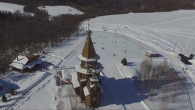 Templo de St Sergius de Radonezh en la llave de Gremyachy de la cascada metrajes