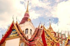 Templo de Tailândia em um céu nebuloso com o sol Foto de Stock