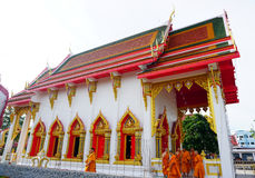Templo de Tailandia del lert del ja del phot del sok del pho de Wat con los monjes Imagen de archivo libre de regalías