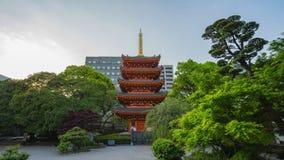 Templo de Tochoji con la pagoda roja en Hakata, prefectura de Fukuoka, Japón almacen de video