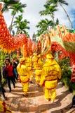 TEMPLO de TRAN, NAMDINH, VIETNAM - 24 de febrero de 2015 - una procesión tradicional con danza del dragón la gente local Fotos de archivo libres de regalías