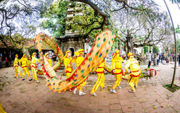 TEMPLO de TRAN, NAMDINH, VIETNAM - 24 de febrero de 2015 - una procesión tradicional con danza del dragón la gente local Foto de archivo