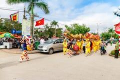 TEMPLO de TRAN, NAMDINH, VIETNAM - 24 de febrero de 2015 - una procesión tradicional con danza del dragón la gente local Imágenes de archivo libres de regalías