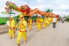 TEMPLO de TRAN, NAMDINH, VIETNAM - 24 de febrero de 2015 - una procesión tradicional con danza del dragón la gente local Fotografía de archivo